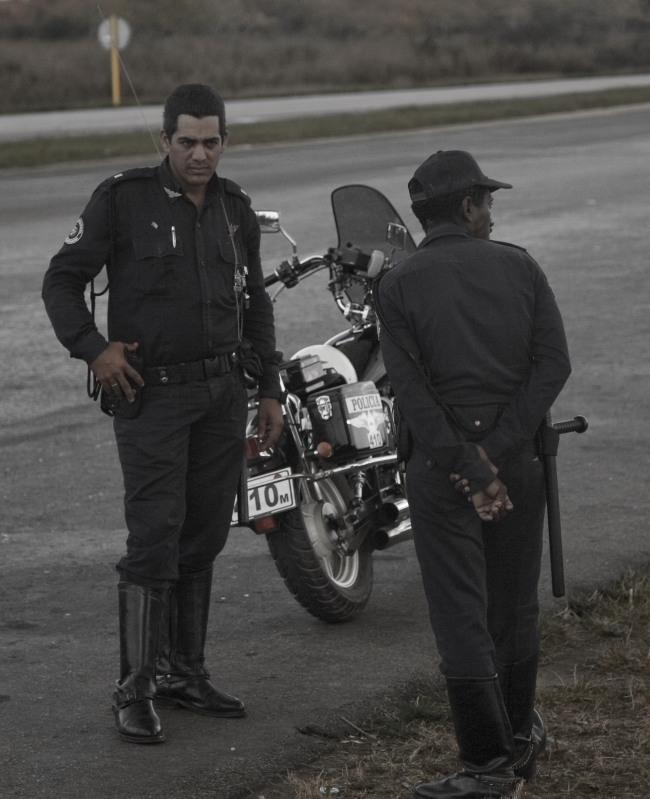 Полицейский увидев камеру сразу отвернулся