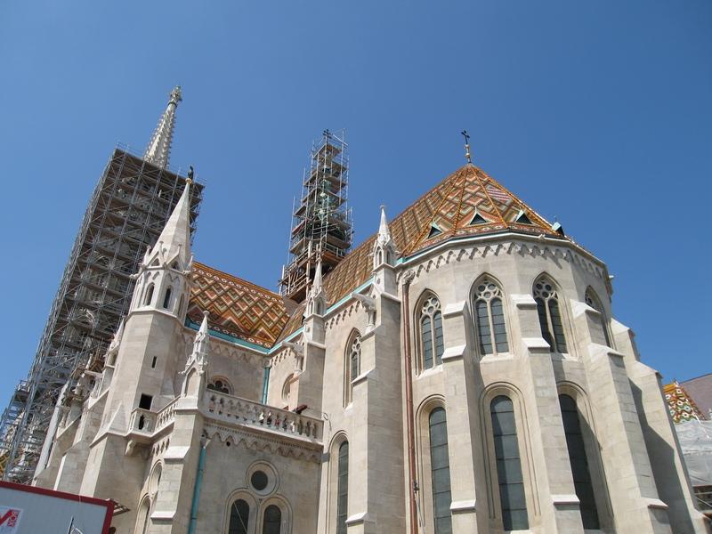 Храм. Крыши из цветной черепицы смотрятся очень красиво.