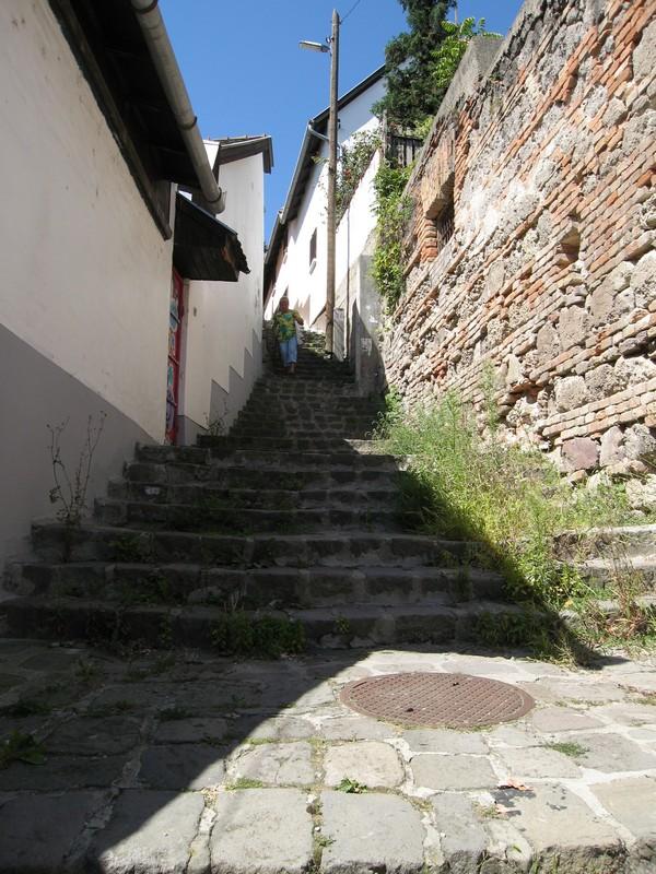 Сентедре, городог в горах с летничными улочками.