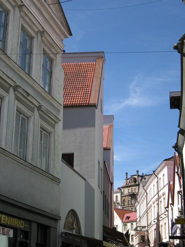 улочка Таллинна, упирается в стену вышгорода.