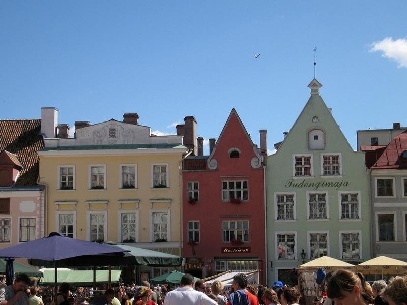 Ратушная площадь с магазинчиками сувениров.