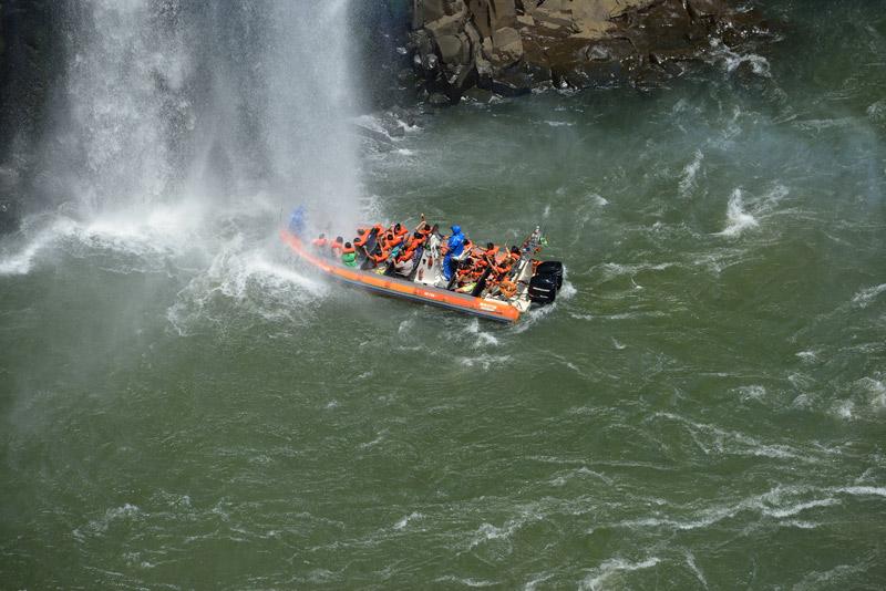 Лодка под водопадом.
