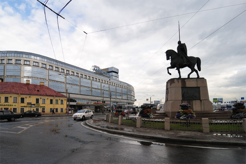 Памятник Александру Невскому и отель Москва